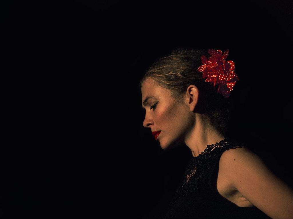 Portrait d'une danseuse Flameco avec réglage de la lumière