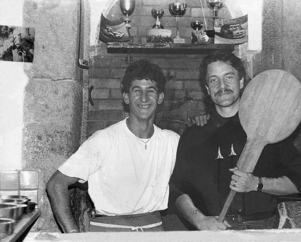 Photographie restauré de Léo un pizzaiolo posant avec Francis Cabrel